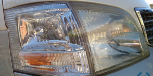 スチームを利用したヘッドライトコーティングリペア をトヨタハイエースへヘッドライトリムーバーを施工
