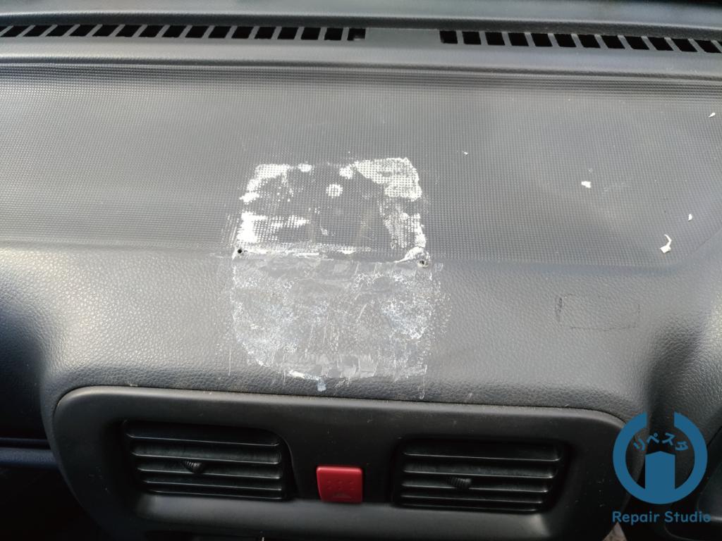 プラスチック材質のビス穴とテープ跡
